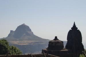 Утро в Сапташринги. Гора и храм.