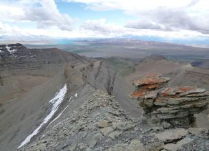 Внизу гор озера